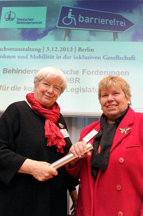 Foto: VdK-Präsident Ulrike Mascher übergibt symbolisch den Sprecherratsvorsitz an Hannelore Loskill von der BAG-Selbsthilfe
