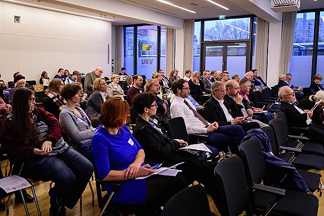 Blick ins Publikum und auf das Podium bei der DBR-Welttagsveranstaltung