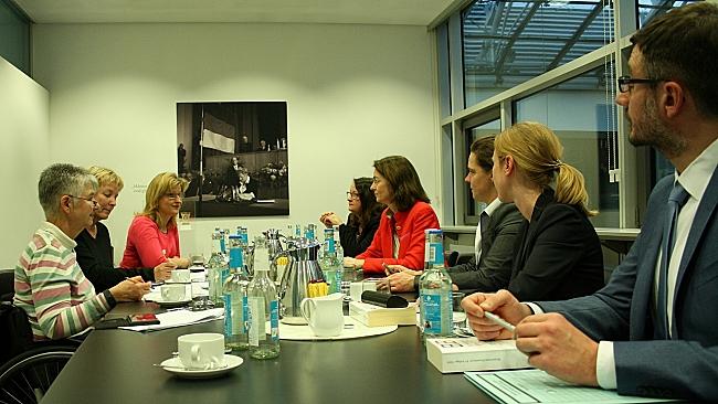 Das Foto zeigt die Vertreterinnen und Vertreter des Deutschen Behindertenrates im Gespräch mit Justizministerin Katharina Barley. Alle sitzen um einen Konferenztisch.