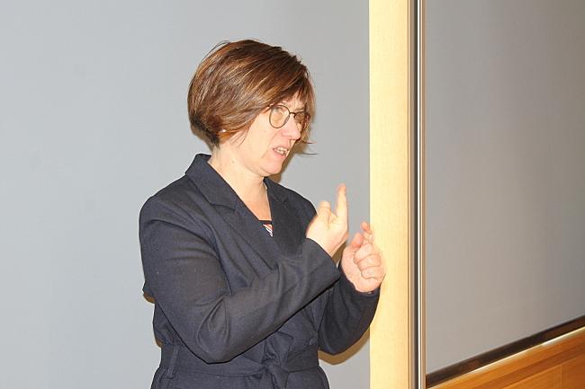 Das Foto zeigt die Gebärdensprachdolmetscherin Dina Zander-Tabbert bei der Arbeit.
