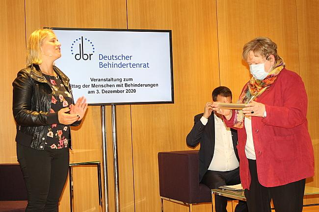 Verena Bentele und Hannelore Loskill, die den Staffelstab in der Hand hält