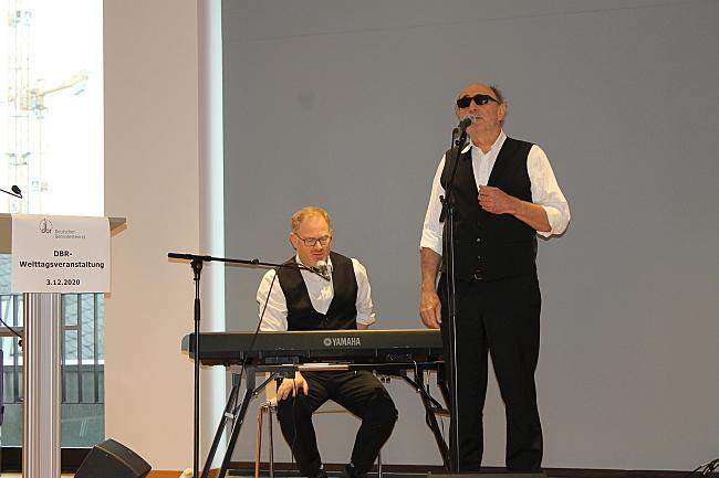 Die beiden Musiker von Plückhahn und Vogel am Mikrofon und am Keyboard