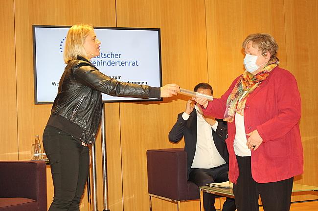 Verena Bentele übergibt den Staffelstab an Hannelore Loskill