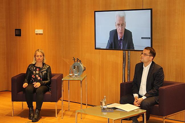 Auf dem Podium: Verena Bentele, Dr. Rolf Schmachtenberg (auf dem Bildschirm) und Samuel Beuttler-Bohn