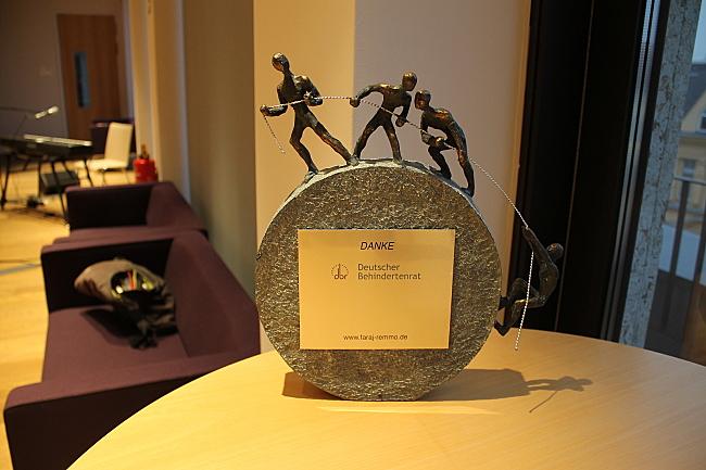 Das Bild zeigt die Skulptur von Dr. Faraj Remmo, die bei der DBR-Veranstaltung überreicht wurde