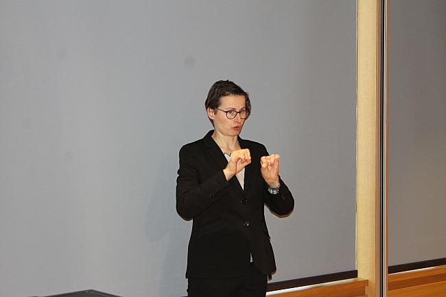 Anja Saft gebärdet eine Rede bei der DBR-Veranstaltung