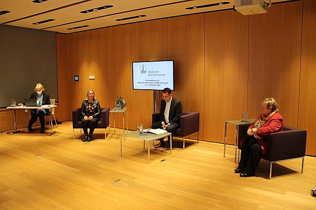 Sitzen mit Abstand nebeneinander: Verena Bentele, Samuel Beuttler-Bohn und Hannelore Loskill