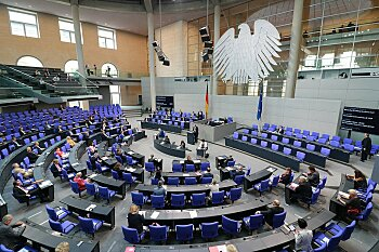 Plenarsaal des Deutschen Bundestages von oben fotografiert.