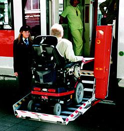 Einstieg mit Hublift in einen Regionalzug