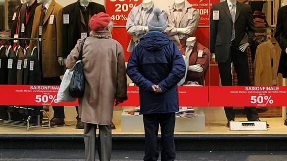 Symbolfoto: Ein älteres Paar steht vor einem Schaufenster