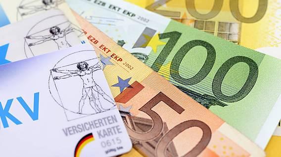 Symbolfoto: Krankenkassenkarten und Euro-Scheine