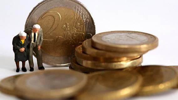 Symbolfoto: Kleine Senioren-Figürchen stehen neben einem Stapel aus Euromünzen
