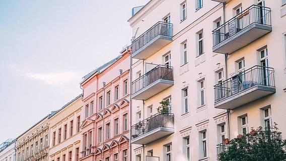 Das Bild zeigt Mietshäuser