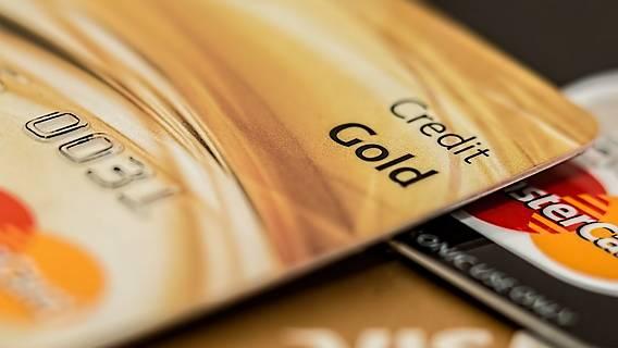 Das Bild zeigt eine goldene Kreditkarte