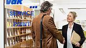 Das Bild zeigt eine VdK-Beraterin, die einem Ratsuchenden die Hand schüttelt.