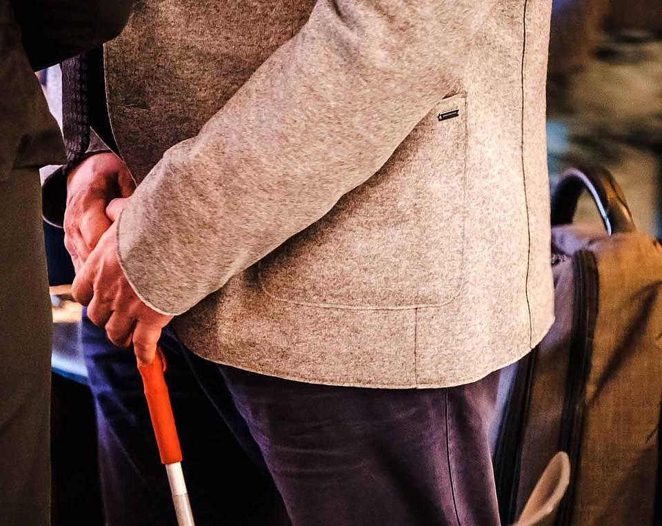 ein mann hlt einen blindenstock in der hand - Behindertentestament Muster
